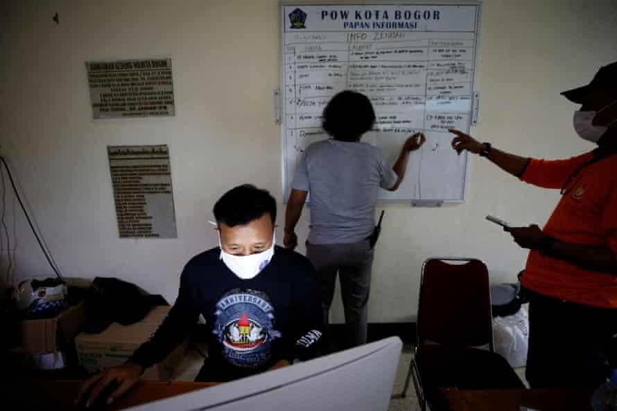 Relawan bekerja di markas kelompok selama masa transisi untuk memulihkan mayat mereka yang meninggal karena masalah terkait COVID-19