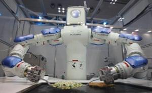 El Robot Okonomiyaki cocina un tradicional panqueque japonés: tiene 15 articulaciones, puede tomar órdenes verbales de los clientes y utilizar utensilios de cocina estándar