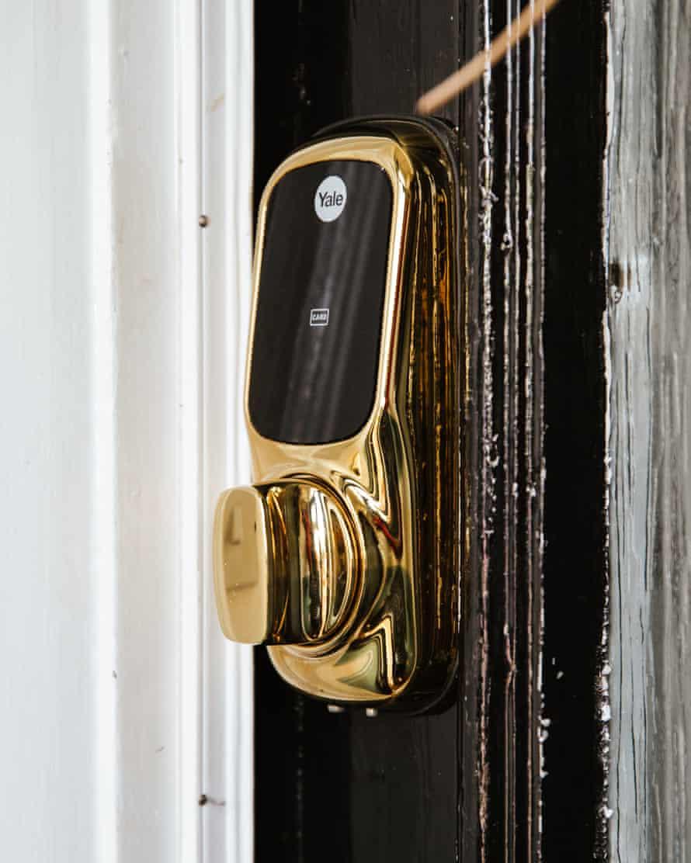 Kunci pintu pintar di rumah Chris Fletcher.