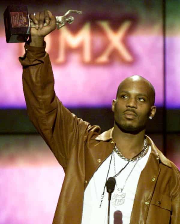 DMX با دریافت جایزه سرگرمی مرد سال در جوایز Soul Train Music ، 2000. سال قبل ، وقتی DMX موفق به کسب هیچ نامزدی نشد ، جی ز مراسم جوایز گرمی را تحریم کرد.