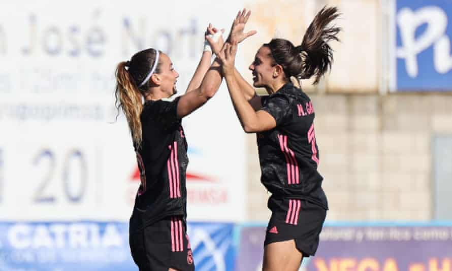 Cosovari Aslani (izquierda) y la llegada veraniega Marta Cardona celebran el gol del Real Madrid al Real Betis esta temporada.
