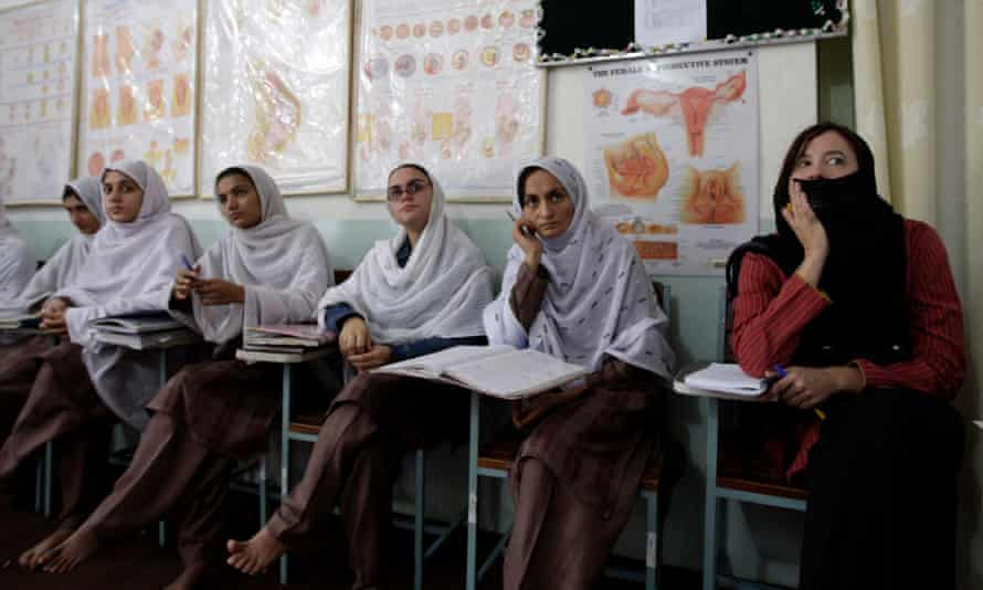 Barker at a maternal mortality class in Ghani Khel, Afghanistan.