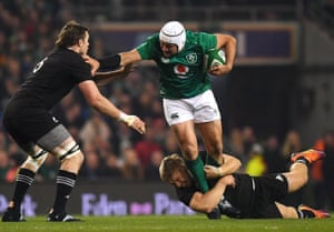 Rory Best is tackled by Liam Squire and Jack Goodhue.