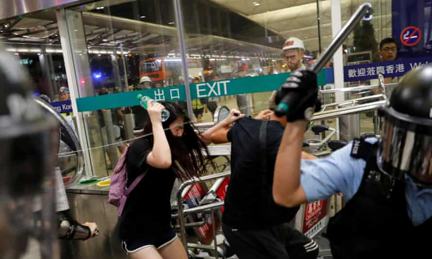 Riot police use pepper spray to disperse anti-extradition bill protesters