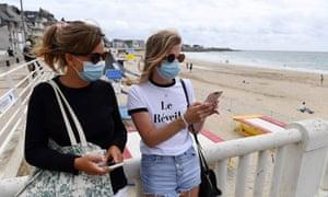 Gens masqués au bord de la plage à Quiberon
