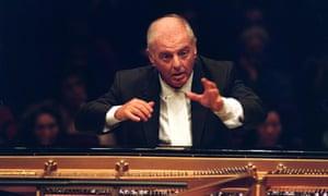 Daniel Barenboim toca a Beethoven en el piano en 2000.