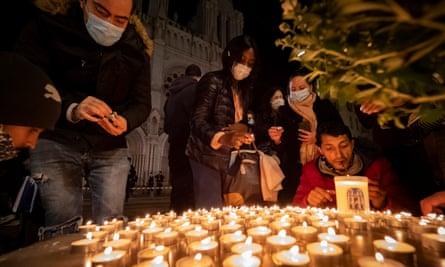 مردم به قربانیان در نیس ادای احترام می کنند.