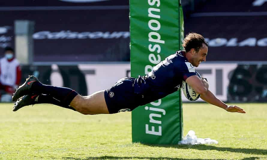 The Bordeaux full-back, Nans Ducuing, dives over the line to score his side's third try