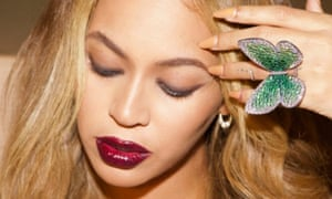 Beyoncé wearing the Papillon ring designed by Glenn Spiro and donated to the V&A Museum.