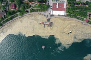 Attempts to remove the mucilage are underway at the Gulf of Izmit in Kocaeli