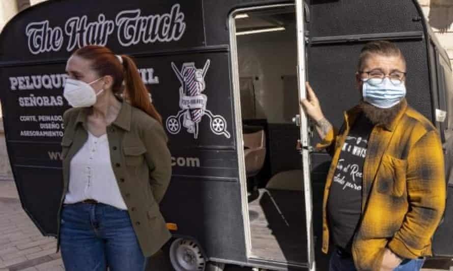 Lopez y Abad en su camioneta móvil