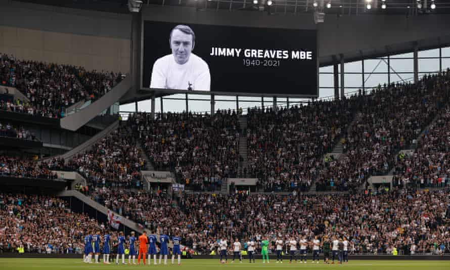 Players and spectators pay tribute to the former Tottenham and Chelsea striker Jimmy Greaves before the match.