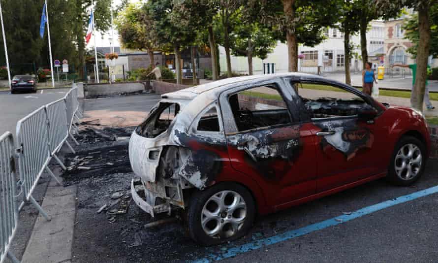 A burnt car in Beaumont-sur-Oise