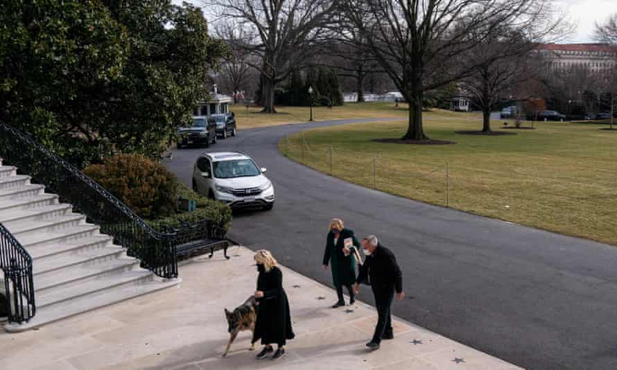 Jill Biden enters the White House with dog