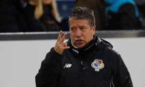 The Panama coach Hernán Dario Gómez gives his players instructions during the heavy defeat in Switzerland.