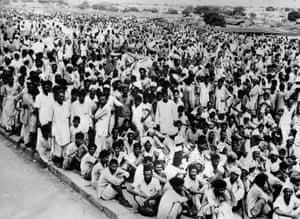 Crowds of refugees gathered in Delhi after fleeing violence in Punjab