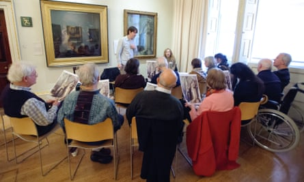 People living with dementia discuss art at a Royal Academy InMind session.
