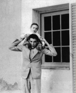 Juan Martin on the shoulders of his elder brother Che in Córdoba, 1945