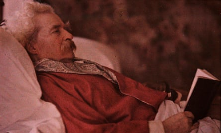 Twain photographed in 1908 by Alvin Langdon Coburn.