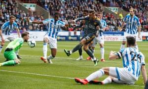 James Maddison trong hành động cho Leicester chống lại Huddersfield.