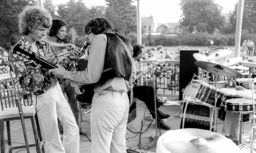 Bowie on bandstand