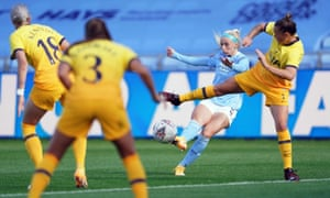 Chloe Kelly scores for Manchester City.