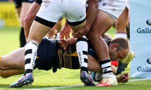 Chris Pennell of Worcester scores a try against Bristol