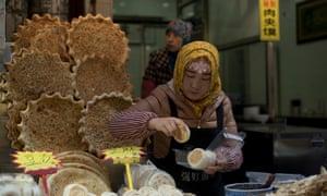 A shop sells nang bread in Xiyangshi Street.