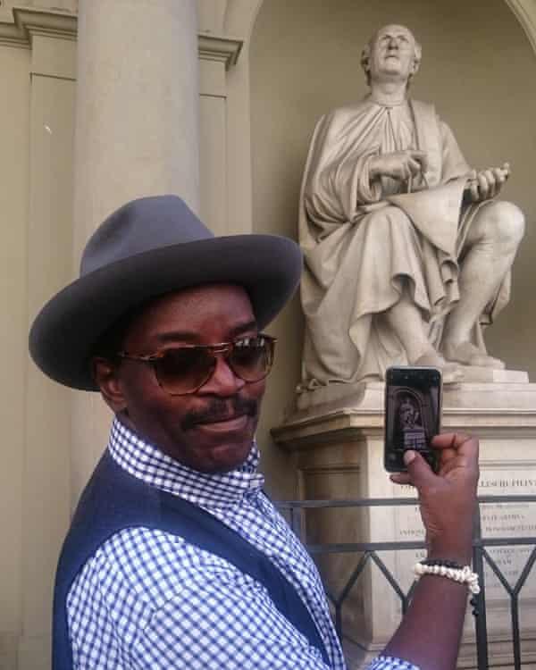 Brathwaite snaps a statue of architect Filippo Brunelleschi.
