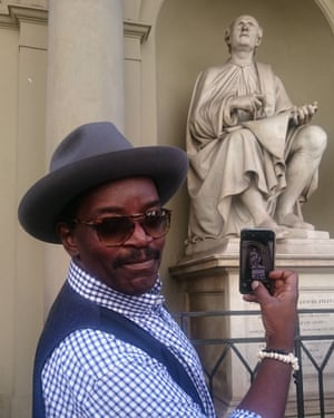 Brathwaite snaps a statue of architect Filippo Brunelleschi.