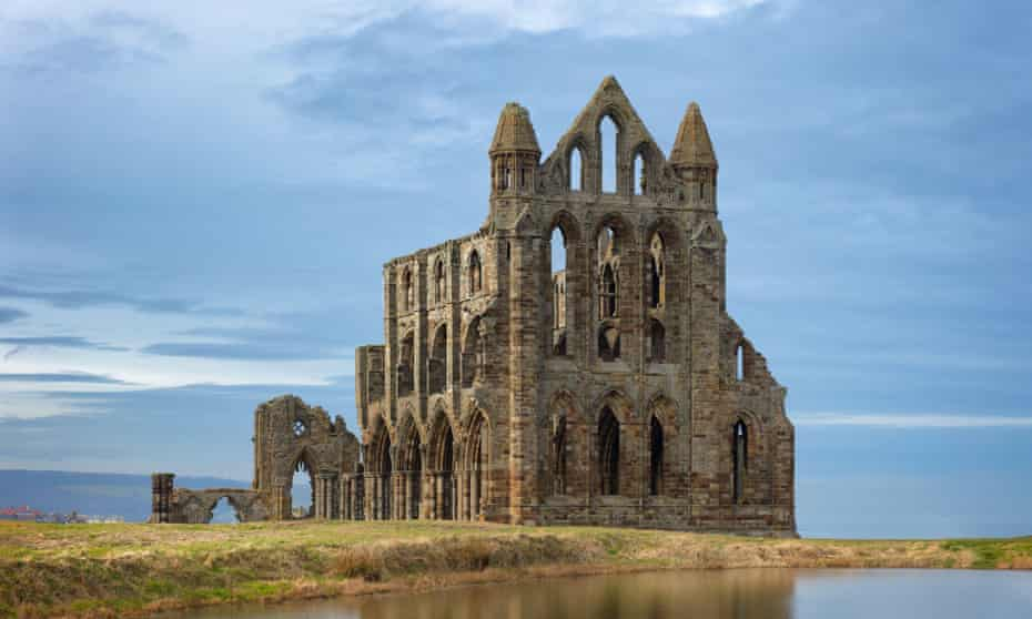 Whitby Abbey, overlooking the North Sea on the East Cliff above Whitby in North Yorkshire, England2AH1C87 Whitby Abbey, overlooking the North Sea on the East Cliff above Whitby in North Yorkshire, England