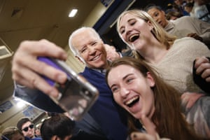 Manchester, US Democratic presidential candidate former Vice President Joe Biden, takes a selfie with high school students during a campaign event in New Hampshire