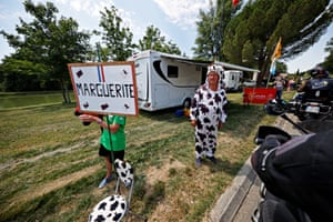 Stage 14: Fancy dress on the road from Carcassonne to Quillan