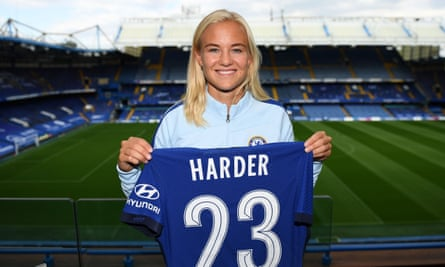 Pernille Harder has signed a three-year deal with Chelsea, leaving the Champions League finalists Wolfsburg for a fee believed to be around £300,000.