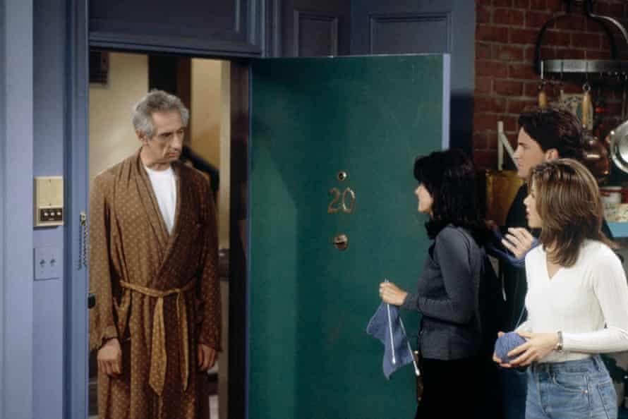 Larry Hankin as Mr Heckles, opposite Courteney Cox, Matthew Perry and Jennifer Aniston