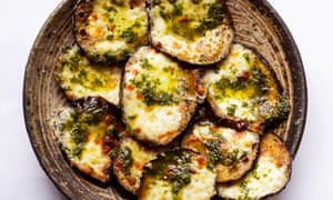 Silky texture: aubergines with mozzarella and basil.