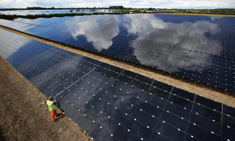 Landmead 46MW solar farm in Abingdon, England supplies enough clean energy for about 14,000 homes. Building of new large farms such as this has flatlined following Tory cuts to subsidies.