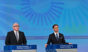 Commission vice presidents Frans Timmermans (left) and Jyrki Katainen, at the press conference to launch the package on 2 December 2015.