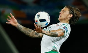 Republic of Ireland midfielder Jeff Hendrick is in talks with Hull City over a £10m move from Derby County