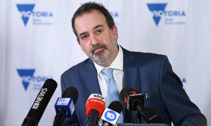Ministrul victorian pentru sprijinirea și recuperarea industriei, Martin Pakula, se adresează miercuri mass-media.