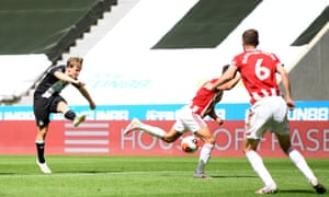Matt Ritchie of Newcastle United scores his team's second goal.