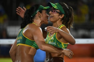 Ágatha and Bárbara celebrate a point against USA.