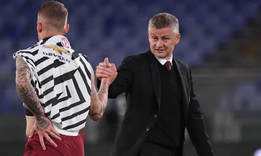 Ole Gunnar Solskjær shakes hands with Roma's Rick Karsdorp after the match.
