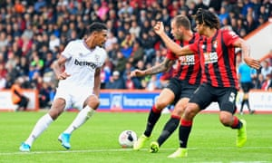 Sébastien Haller, in action here against Bournemouth, has started well for West Ham but not since August has Felipe Anderson made a goal for him.