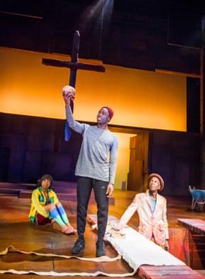 Paapa Essiedu, au centre, avec Temi Wilkey et Ewart James Walters dans la production de Hamlet de la RSC en 2016.
