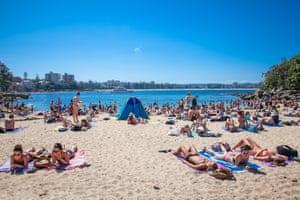 Люди, отдыхающие на песчаном пляже Шелли в Мэнли в Сиднее, Австралия
