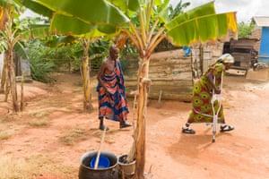 Ketsewa arrives in the village of Assin Bosomadwe