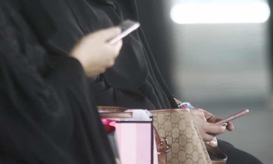Saudi women using mobile phones
