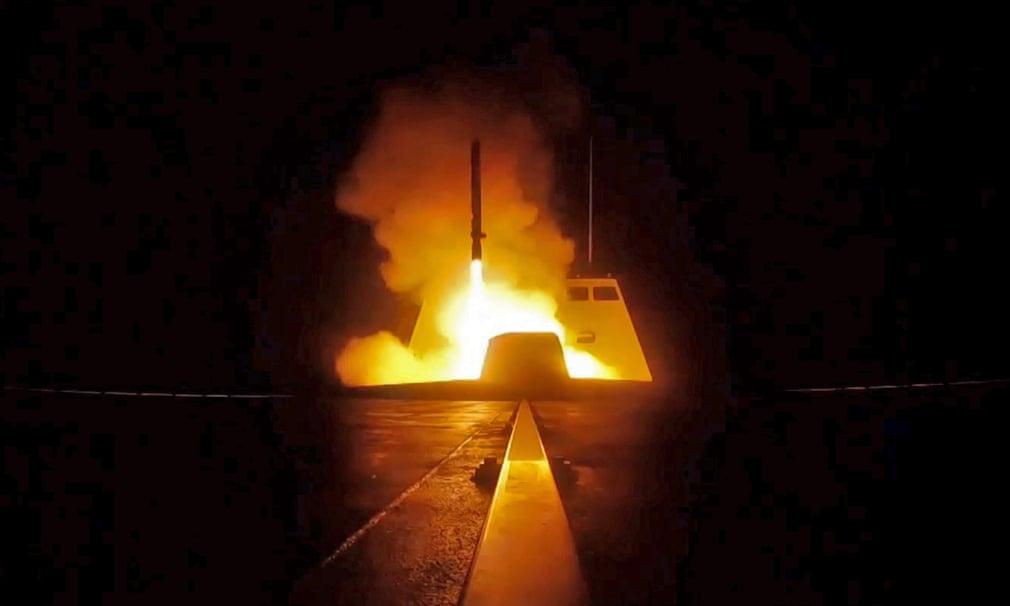 Un missile da crociera viene lanciato da una nave della marina francese durante l'attacco missilistico in Siria. Credits to: ECPAD/AFP/Getty Images.