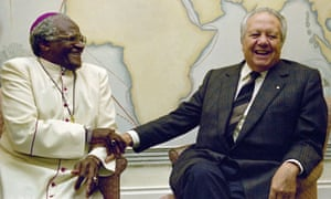 Mário Soares with Archbishop Desmond Tutu in Cape Town, South Africa.